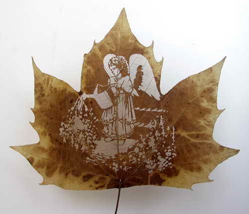 Потрясающие работы выполненные на листьях, можно смело назвать шедеврами и вы поймете почему.