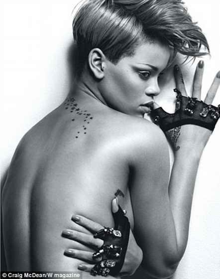 Голая Рианна демонстрирует свою модную коллекцию татуировок