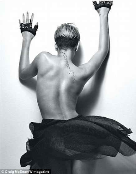 Британская певица демонстрирует свою сексуальную спину в звездных татуировках