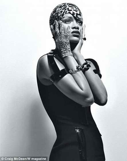 Дикая штучка: певица позирует в леопардовой шляпке и перчатках в тон от Lola и в черном платье от Michael Kors