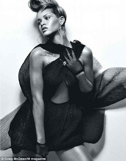Обворожительная Рианна в платье из органзы Prada и перчатках в сетку