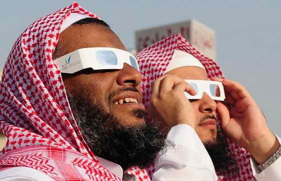 Мужчины из Саудовской Аравии смотрят на солнечное затмение в Джидде