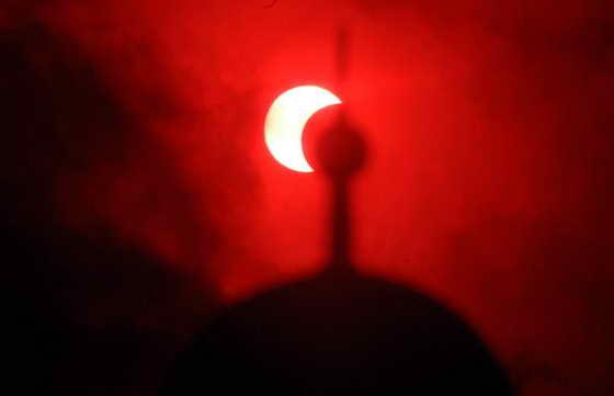 Частичное солнечное затмение - вид из Банда-Ачех, Индонезия