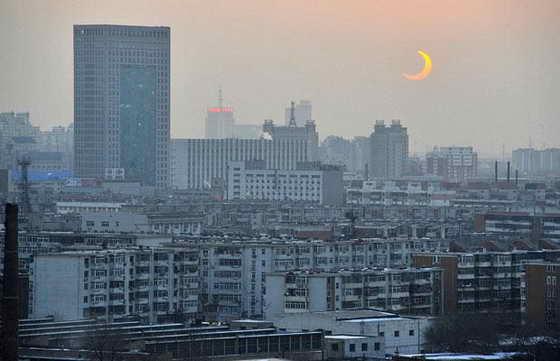 Солнечное затмение над городом Тяньцзинь в Китае