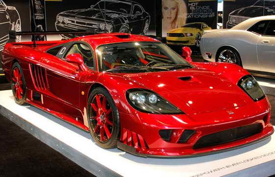 Автомобиль Saleen S7 на выставке Североамериканский международный автосалоне в Детройте, Мичиган. Максимальная скорость разгона суперавтомобиля - 399 километра в час