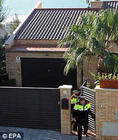 Двое полицейских покидают дом, в Стиджес, неподалеку от Барселоны, где одинокая женщина провела в заточении 8 дней