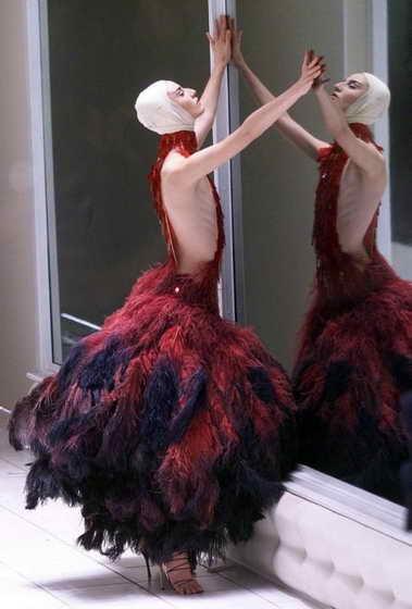 Британская модель Эрин О'Коннор (Erin O'Connor) демонстрирует платье из коллекции McQueen
