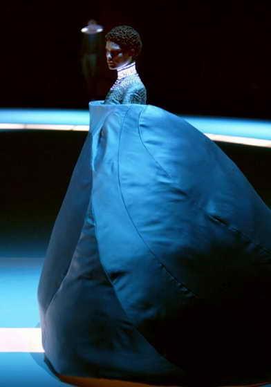Модель демонстрирует необычное платье от McQueen сезона осень / зима 2004-05 на Неделе моды в Париже
