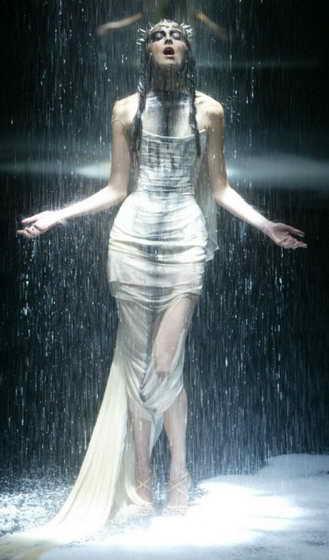 """Модное шоу от McQueen во время """"Черного"""" фэшн шоу в Лондон, июнь 2004 года"""