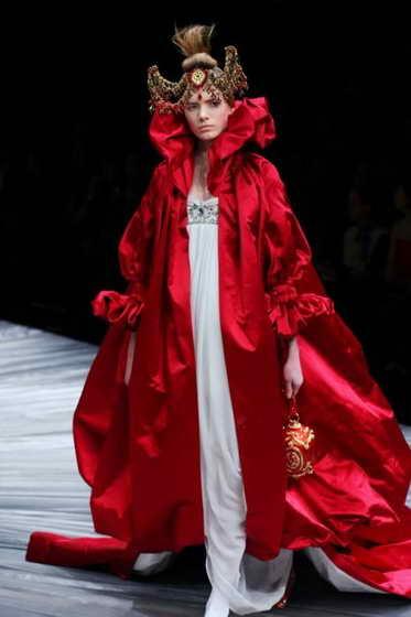 Модель представляет новое творение британского дизайнера Александра МакКуина сезона осень / зима 2008-2009 в Париже, февраль 2008 года