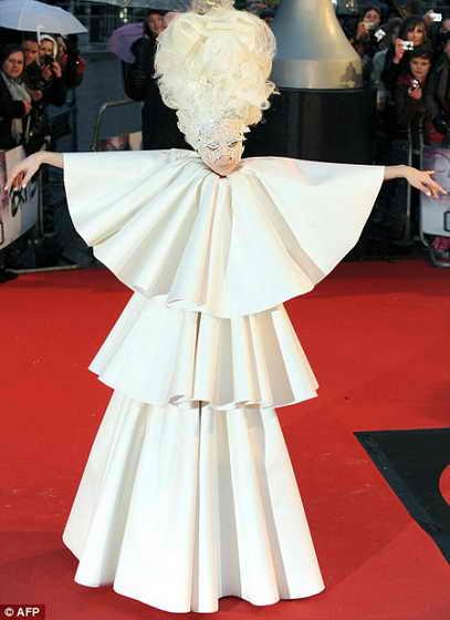 Прототип пугала - певица Lady Gaga в немыслемом наряде на церемонии Brit Awards
