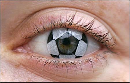 Контактные линзы - футбольный мяч