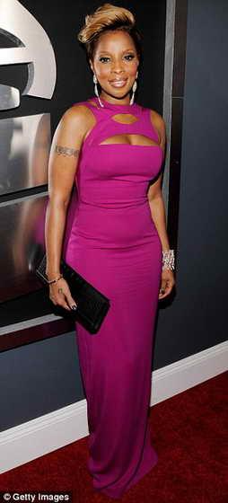 Мэри Джей Блайдж с прической в стиле Рианны и в платье цвета фуксии