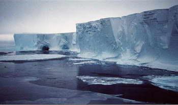 Огромный айсберг откололся с южной стороны ледника Мертц