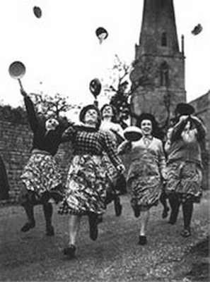Традицонные блинные бега в Олни
