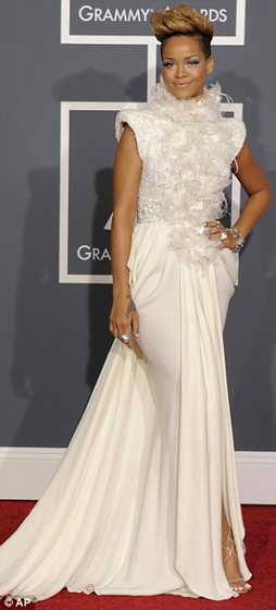 Рианна в кремовом платье от Elie Saab, украшенном перьями