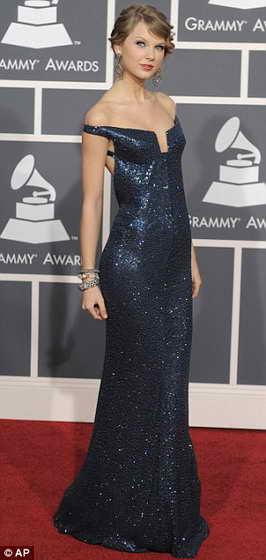 Тейлор Свифт в синем вечернем платье от Kaufmanfranco