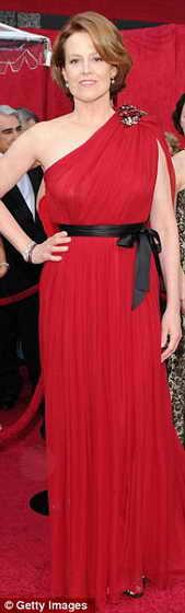 Звезда фильма Аватар Сигурни Уивер в ярко-красном платье в греческом стиле от Lanvin и туфлях от Jimmy Choos