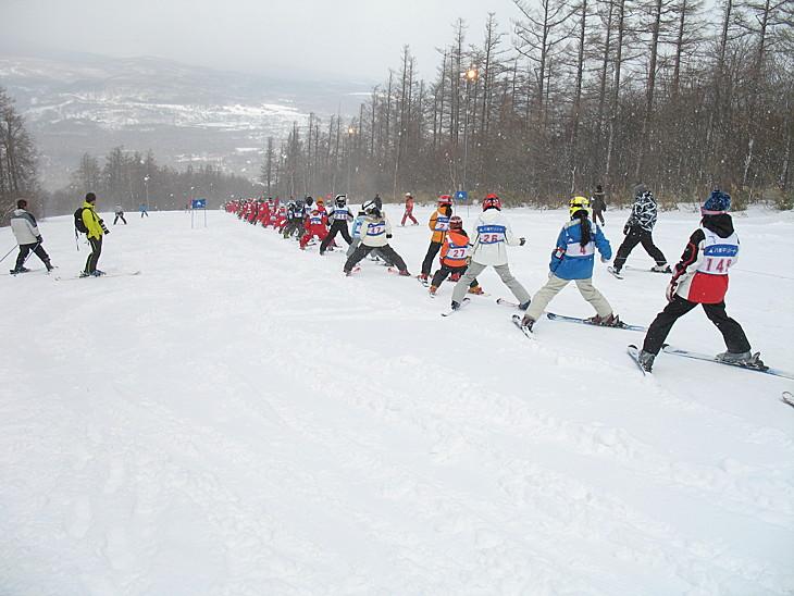 Лыжники собираются в цепочку