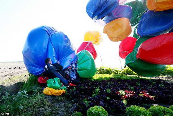 Джонатан Трапп стал первым человеком, который пересек Ла-Манш на воздушных шарах
