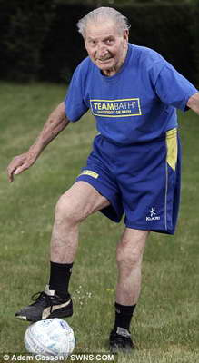 Старейший футбольный тренер