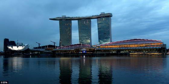В Сингапуре открыли 55-этажный отель Marina Bay Sands с бассейном на крыше (фото)
