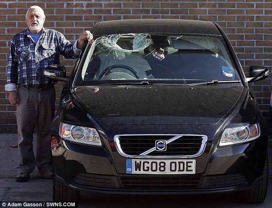 Фото: Гигантский кусок льда с неба разбил лобовое стекло автомобиля