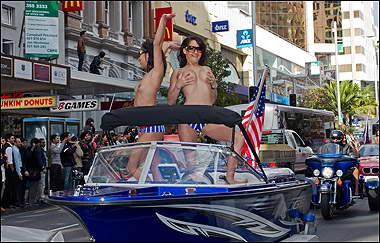 В Новой Зеландии прошел традиционный топлес-парад