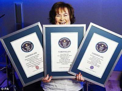 Сьюзан Бойл с тремя сертификатами Книги рекордов Гиннеса