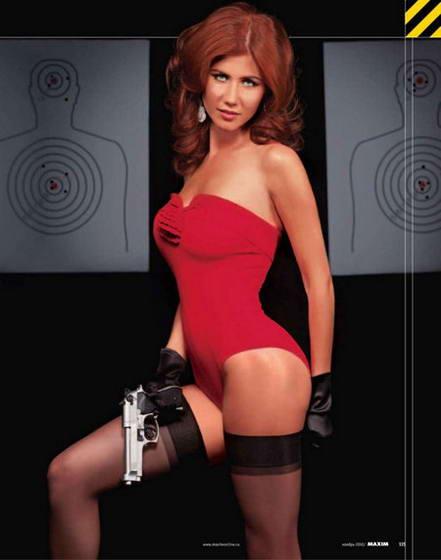 Анна Чапман с пистолетом