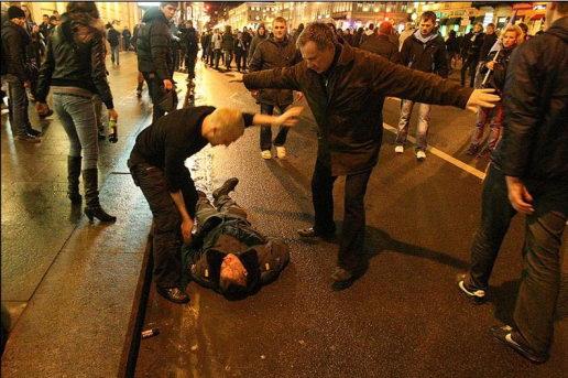 Фанаты Зенита избивают милиционера