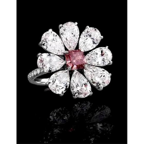 Кольцо с красными и белыми бриллиантами
