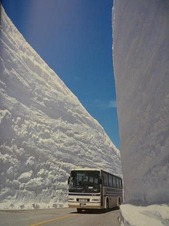 Автобус в снежном тунеле