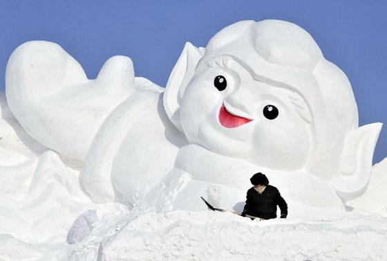 Сказочный герой из снега