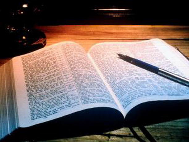 В Великобритании пенсионер 10 лет переписывал Библию вручную