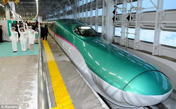 Поезд в мире hayabusa представили в японии
