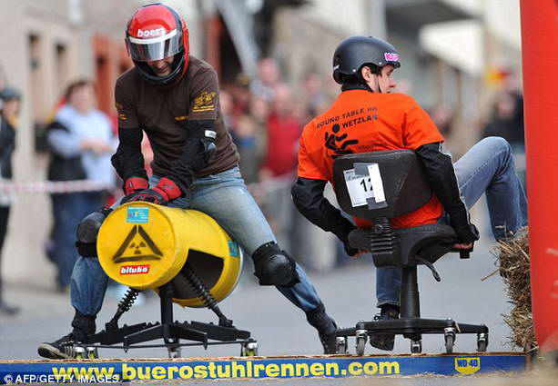 Чемпионат по катанию на офисных стульях