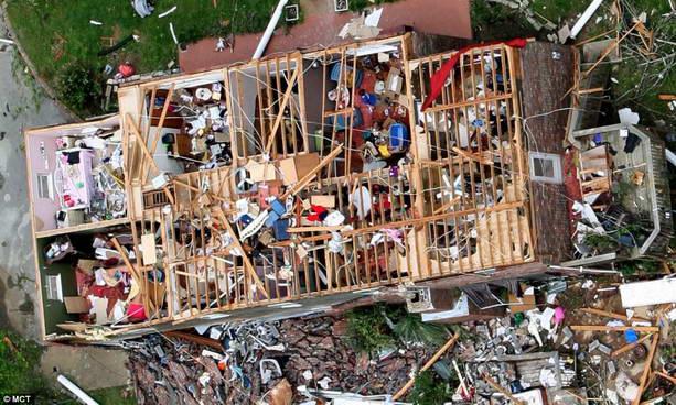 дом после торнадо в США