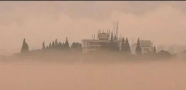 Над рекой Синьань в Китае появился гигантский мираж «города-призрака»