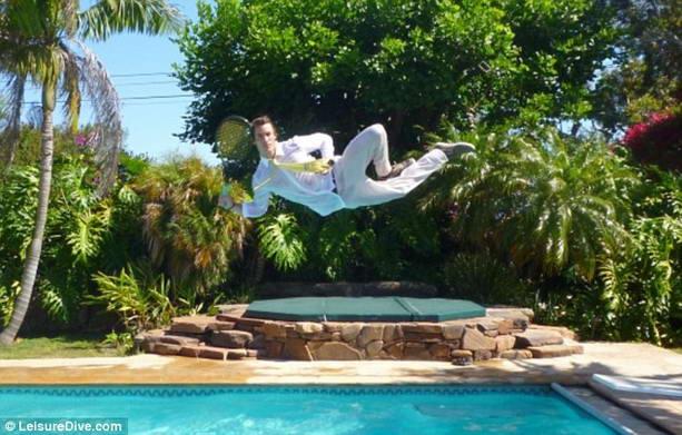 Экстремал из США Люк Эйкинс впервые совершил прыжок с самолета без парашюта