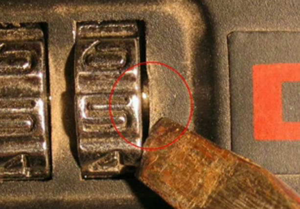 кодовый замок на чемодане