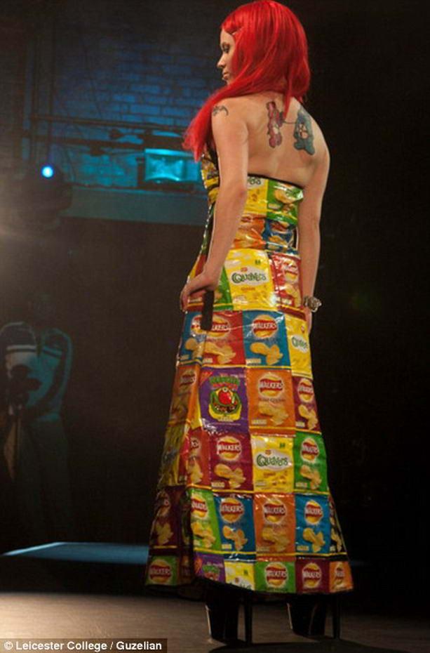 Дизайнер Ревекка Киркланд представила платье из упаковок чипсов.
