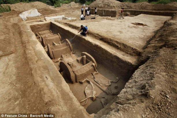 гробница с лошадьми и колесницами