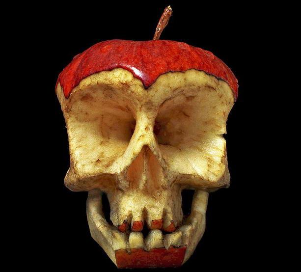 череп из яблока