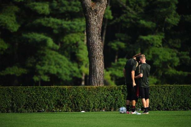 футболисты в парке