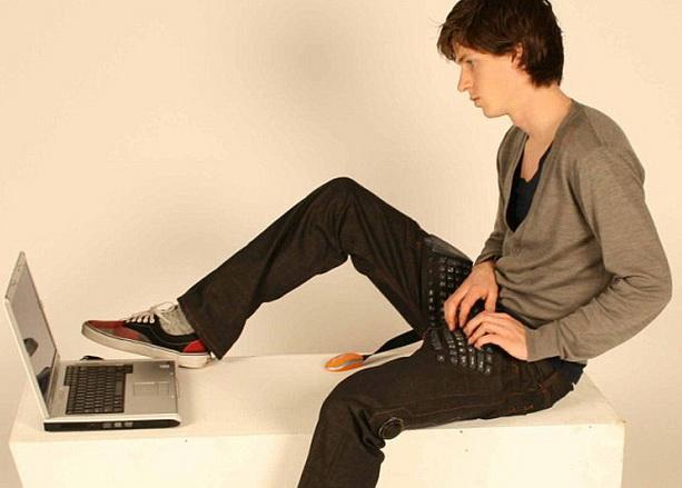 Джинсы с клавиатурой, мышкой и колонками