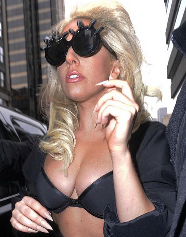 Леди Гага грудь
