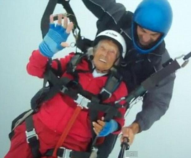 Самая старая женщина парашют