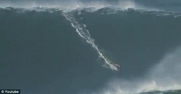 серфер Гарретт Макнамара покоряет рекордной высоты волну
