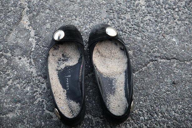 песок в обуви